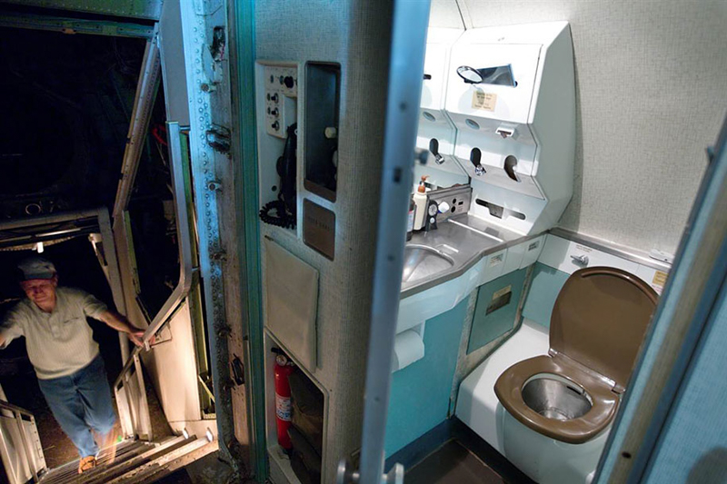 3_abandoned-airplane-house-pacific-woods