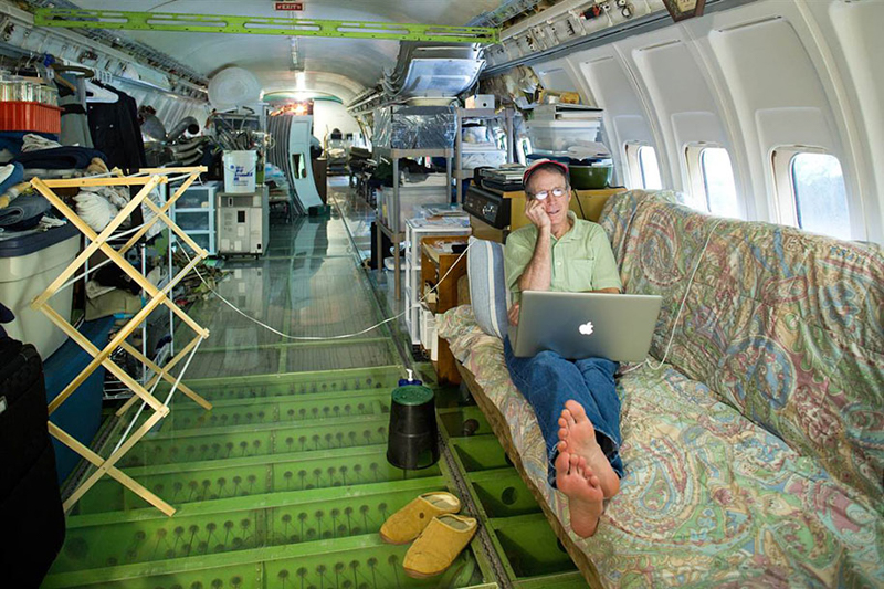 5_abandoned-airplane-house-pacific-woods